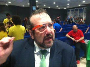 Javier Peris mentor de la Startup Weekend Valencia organizada por Google for Entrepeneurs durante el evento dedicado a las Gafas Google Glasses que se llevó a cabo en ESIC Valencia comentando con los emprendedores las reglas del evento
